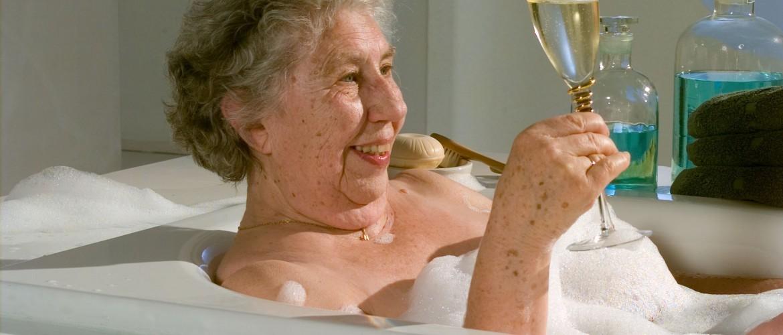 Endlich wieder ein Vollbad genießen - mit dem senHILF Badewanneneinstieg.